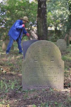 Wolontariusze fundacji Matzevah na cmentarzu żydowskim w Oświęcimiu *** Volunteers of the Foundation Matzevah at the Jewish cemetery in Oświęcim (c) Steven D. Reece.