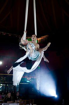 Cirque du Soleilin huippuammattilaiset kauttamme tapahtumanne uniikiksi vetonaulaksi!