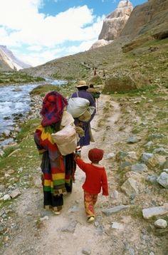 Pelgrims tijdens de kora rond Mount Kailash. Foto door Jan Reurink. Kijk voor meer reisinspiratie op www.nativetravel.nl