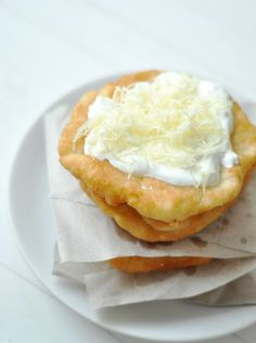 Lángos – olyan, mint a strandon Hungarian Recipes, Ciabatta, Scones, Nom Nom, Goodies, Food And Drink, Mint, Yummy Food, Favorite Recipes