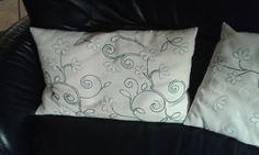 weißfarbige Kissen von mir bestickt