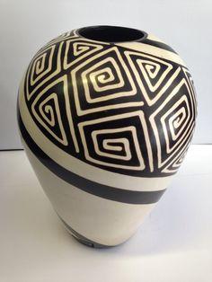 Bottle Painting, Bottle Art, Pottery Vase, Ceramic Pottery, African Pottery, Pottery Painting Designs, Pueblo Pottery, Painted Flower Pots, Clay Vase