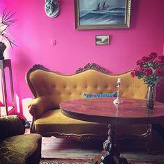 Elsie's café, Fårö – Gotlandstips.se  #gotland #gotlandstips #fårö #kitch Maximalism, Egg Chair, Lounge, Couch, Furniture, Home Decor, Chair, Airport Lounge, Decoration Home