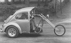 Lo strano incrocio tra un Maggiolino Volkswagen e una motocicletta Triumph, capace di raggiungere i 60-70 chilometri all'ora, 25 maggio 1977