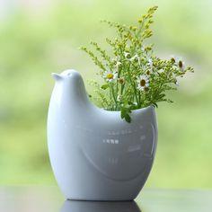 空間を美しく見せる。フラワーベースのある暮らし - スタイルコラム - スタイルストア Vase, Ceramics, Green, Home Decor, Recipe, Ceramica, Pottery, Decoration Home, Room Decor