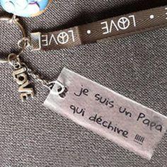 """Porte-clés """"Je suis un papa qui déchire"""" en plastique fou ou plastique dingue pour la fête des papas"""