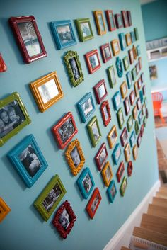 snapshot gallery wall with colorful frames Gallery Wall Frames, Frames On Wall, Stairway Gallery, Painted Frames, Empty Frames, Photo Deco, Colorful Frames, Hanging Pictures, Home Living