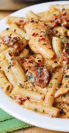 Chicken Mozzarella Pasta, Queso Mozzarella, Basil Pasta, Tomato Pasta Recipe, Pasta Cremosa, Food Dishes, Chicken Recipes, Shrimp Recipes, Penne Recipes