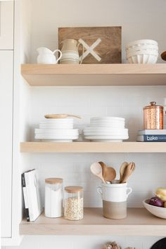Home staging: 10 cheap tips to revamp your kitchen - My Romodel Kitchen Shelf Decor, Kitchen Shelves, Open Shelves, Kitchen Remodel Cost, Style Deco, Cuisines Design, Küchen Design, Home Staging, Home Interior