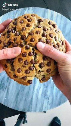 Fun Baking Recipes, Sweet Recipes, Dessert Recipes, Dinner Recipes, Giant Cookie Recipes, Giant Cookies, Cookies Et Biscuits, Food Cravings, Chocolate Chip Cookies