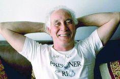 Der legendäre britische Posträuber Ronnie Biggs ist am Mittwoch im Alter von 84 Jahren gestorben. Biggs zählte zu einer 15-köpfigen Bande, die 1963 einen Postzug von Glasgow nach London ausgeraubt und dabei 2,6 Millionen Pfund erbeutet hatte. Mehr dazu hier: http://www.nachrichten.at/nachrichten/weltspiegel/Legendaerer-Postzug-Raeuber-Ronnie-Biggs-gestorben;art17,1265168 (Bild: Reuters)