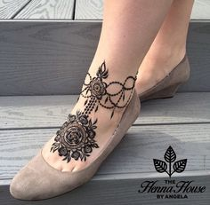 Latest Amazing Mehndi Designs For Parties Hello Guys! here you will see Latest Mehndi Designs with Amazing Patterns for your Hands and. Cute Henna Designs, Mehndi Designs Feet, Arabic Henna Designs, Legs Mehndi Design, Bridal Henna Designs, Mehndi Design Pictures, Beautiful Mehndi Design, Henna Tattoo Designs, Mehndi Images
