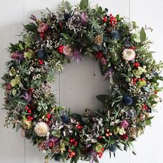 New Covent Garden Market is London& finest fruit, veg and flower wholesale market. Get delivery or buy in person. Christmas Door Wreaths, Christmas Flowers, Noel Christmas, Handmade Christmas, Christmas Crafts, Christmas Garden, Covent Garden, Christmas Trends, Christmas Inspiration