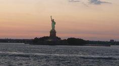 Descubra a história da Estátua da Liberdade em www.viajarpelahistoria.com America Tumblr, America Memes, America Pride, South America, America Outfit, Statue Of Liberty, Wander, New York City, Stuff To Do