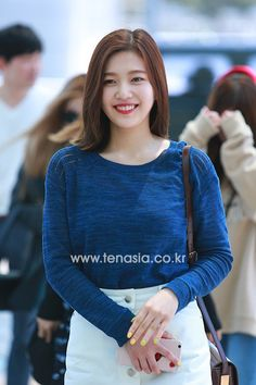 Red Velvet hits the airport in casual chic! | Koogle TV