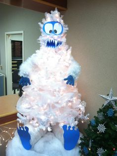Abominable Snowman Christmas Tree - too awesome! Mon Beau Sapin, Snowman Christmas Trees, Funny Christmas Tree, Snowman Tree, Creative Christmas Trees, Holiday Tree, Christmas Tree Themes, Office Christmas, Christmas Is Coming