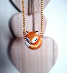 Un bijou-totem unique à porter contre son cœur tel un talisman... Cet adorable renard d'environ 2 cm, doré comme un trésor, sculpté en porcelaine froide, est minutieusement p - 11015567