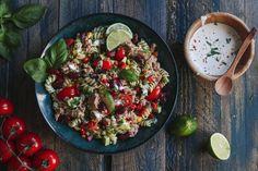 Η αγαπημένη μου τονοσαλάτα περιέχει κόκκινα, φασόλια, καπνιστό τόνο, αβοκάντο, καλαμπόκι, μυρωδικά και είναι φανταστική, το λένε όσοι την έχουν δοκιμάσει! Salad Bar, Cobb Salad, Potato Salad, Healthy Recipes, Healthy Food, Food Porn, Potatoes, Stuffed Peppers, Cooking