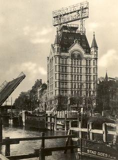 Witte huis - jaren dertig Het zo markante Witte Huis met de potsierlijke Van Nelle reclame op het statige dak. Op de twee hoogste etages van de gewone hoogbouw vonden Nederlandse mitrailleurschutters posities.