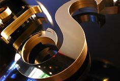 Top chique. Goud gespiegelde fronten op een letters van acrylaat, in goud gespoten om met de fronten te matchen