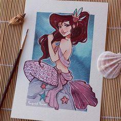 """Com o sereismo em alta, fica difícil não gostarainda mais da melhor princesa Disney: a Ariel!E nessa onda de muito amor por essas criaturas místicas, descobri a série de ilustras da espanhola Raquel Trave. Ela fez um desafiomês passado chamado de """"Mermay"""", uma brincadeira para desenharsereias no mês demaio, onde criououtras princesas no fundo do mar também. São ilustrações lindas, eu adoro como tudo é delicado e os rostos bem..."""