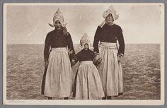 Drie meisjes poseren in dracht met de Zuiderzee op de achtergrond. 1935-1940 #NoordHolland #Volendam