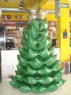 Árbol de navidad hecho con globos con forma de estrella de colores verde y plateado. #DecoracionNavidad