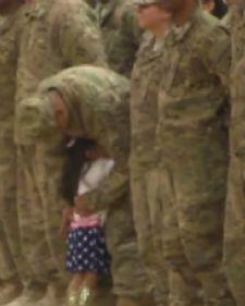 Devojcica je prekunula protokol vojne parade kada je u redu videla svog oca. Ona je nestrpljivo otrcala ka vrsti u kom se on nalazio i cvrsto ga zagrlila!