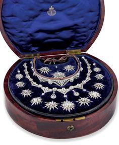 Las estrellas hechas joya. Y el estuche es encantador!  No cabe duda que las joyas antiguas valen mucho más no por el valor económico...sino por la tradición y los secretos que guardan.  Slvh.