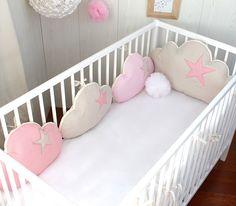 Tour de lit bébé fille, nuages, 7 coussins, ton beige et rose clair : Linge de lit enfants par petit-lion