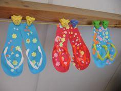 Slippers: Neem de omtrek van een schoen over op stevig karton. Beplak deze met vrolijke plakkertjes. Maak de bandjes van pijpenragers.