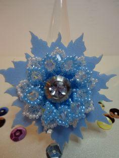 """Wechselringscheibe (in diesem Fall für einen Charlotte 21 von Ehinger & Schwarz) Model """"Water Lily"""" in hellblau und weiß von Zuzzl, Alles meins ! Mit einer blauen Moosgummischeibe darunter."""
