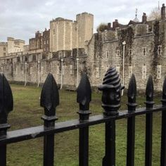 Take a walk through the Bermondsey neighborhood to the London Bridge and travel back in time at the Tower of London London Bridge, Tower Of London, Back In Time, The Neighbourhood, New York, Let It Be, Places, Travel, Palm