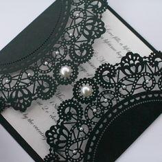 Czarne laserowo wycinane zaproszenia ślubne z perełkami Vintage Style