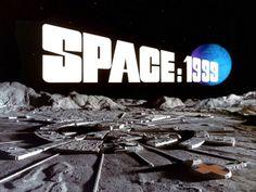 Em 1999, uma explosão em cadeia lança a Lua para fora da órbita da terra e à deriva pelo espaço. E começam as aventuras da Base Lunar: Espaço 1999.