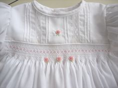 Love the smocking on this gown. Smocking Baby, Smocking Patterns, Smocking Tutorial, Skirt Patterns, Coat Patterns, Blouse Patterns, Sewing Patterns, Smocked Baby Clothes, Smocked Dresses