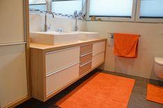 Badmöbel mit Aufsatzbecken. Der Korpus und die mittleren Ladenfronten sind aus heller, freundlicher Eiche. Wellness, Double Vanity, Bathroom, Oak Tree, Bath Room, Bathing, Washroom, Bathrooms, Downstairs Bathroom