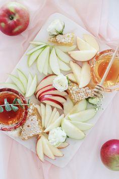 Rosh Hashanah Traditions, Rosh Hashanah Menu, Rosh Hashanah Greetings, Happy Rosh Hashanah, High Holidays, Yom Kippur, Yom Teruah, Jewish Recipes, Holiday Tables