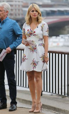 Holly Willoughby Legs, Holly Willoughby Outfits, Beautiful Celebrities, Gorgeous Women, Day Dresses, Casual Dresses, Tv Girls, Blonde Women, Sexy Legs