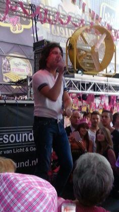 Roy donders bij roze maandag in tilburg.Jaarlijks feest op de grootste kermis van nederland.