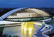 O Museu Oscar Niemeyer, ou popularmente Museu do Olho, em Curitiba, é uma das belas obras do grande arquiteto. Inaugurado em 2002, é um dos maiores complexos de exposição do Brasil.