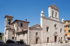 Arrone. La Chiesa parrocchiale di santa Maria con la facciata a quattro spioventi e tre portali