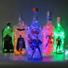papel de parede para quarto liga da justi 231 a yazzic Batman Party, Superhero Birthday Party, Birthday Parties, Comic Party, Wine Bottle Art, Wine Bottle Crafts, Crafts With Bottles, Bottles And Jars, Diy And Crafts