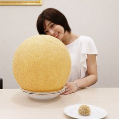 Yes, this is a GIANT fried sesame seed ball. Hollow, crunchy and so fun to eat. Where's the red bean paste or yummy chewy rice part?This is literally a god damn Puri with sesame seeds on it wtf. Think Food, I Love Food, Good Food, Yummy Food, Cute Food, Diy Food, Food Crafts, Creative Food, Food Videos