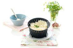 Se cuece el arroz en el cestillo de la Thermomix. Se lava de esta forma constantemente. Quedando un arroz suelto, que nos va dejando el almidón en el agua.