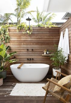 Imagine spending a nice hour soaking in the tub under the stars, with candles burning and a glass of bubbles. Outdoor Bathtub, Outdoor Bathrooms, Outdoor Rooms, Outdoor Living, Outdoor Showers, Eclectic Decor, Bathroom Interior Design, My Dream Home, Sweet Home