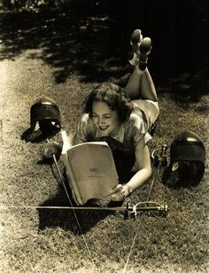 "whataboutbobbed: ""Olivia de Havilland takes a break from fencing to do a little reading "" Golden Age Of Hollywood, Vintage Hollywood, Classic Hollywood, Reading Pictures, Celebrities Reading, Olivia De Havilland, Woman Reading, Gone With The Wind, Lectures"
