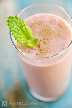 The banana adds the sweetness to the tart taste of the rhubarb in this refreshing smoothie. (Harald Walker)