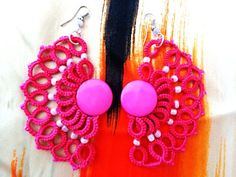 Fan shaped earrings made with tatting technique.