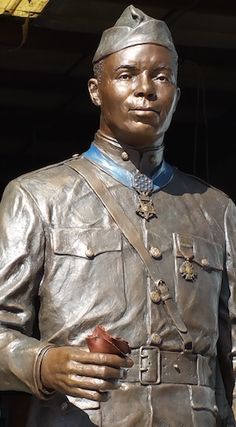 MEDAL OF HONOR: United States Army Corporal Freddie Stowers statue: First African American World War 1 Vet to receive Medal of Honor: (rec'd. 1991 posthumesley, presented by Pres. American War, American Soldiers, Native American History, African History, African American History, American Veterans, Black History Facts, Us History, Black History Month